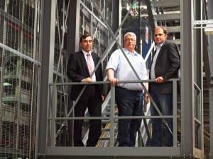 Von links: Reyher-Geschäftsführer Dr. Peter Bielert und Klaus Mundt, Abteilungsleiter Technik, und Thomas Engelhardt, Projektleiter von der Gebhardt Fördertechnik GmbH